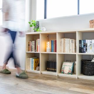 壁面収納OSAMARUは、ハイタイプはもちろんロータイプもご用意しています。意外と活用しにくい廊下にも壁面収納はオススメ。廊下の幅に合わせて縦・横幅も自由に選ぼう。ベンチ代わりにもなる天板付きローボードにも注目。