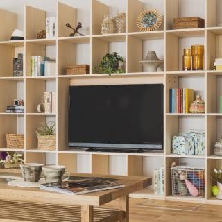 家族が集まるリビングには、TVボードタイプがオススメ。ごちゃごちゃしがちなテレビ周りやテーブル周辺をスッキリ整理し、趣味の雑貨やグッズ、子供の絵本やおもちゃ、写真も飾れます。