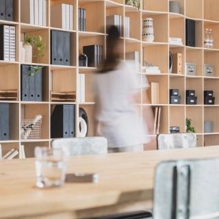 デッドスペースを大活用して、大容量収納を手に入れよう。物を一か所に集中でき、面倒な備品管理も簡便にします。フリーアドレスオフィスのお悩みも解決します。