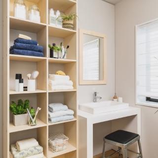 毎日の始まりの場所は気持ちのいい清潔な空間にしたいですよね。OSAMARUの壁面収納なら、バス用品やタオルなどだけでなく、ランドリー用品、洗濯物、日用品のストックや美容アイテムなどもばっちり収納できます。薄型でスリムなタイプも選べます。