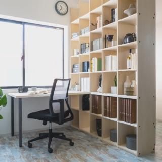 自分だけの書斎には、自分の好きな物を大量にディスプレイできる壁面収納付きデスクを。四畳半のような狭いお部屋でもOK。書棚とデスクがセットになって、仕事や勉強、作業もはかどること間違いなし!