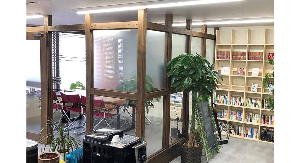 待合スペースに自由に読んでいただける本を収納し、お客様に快適な空間を