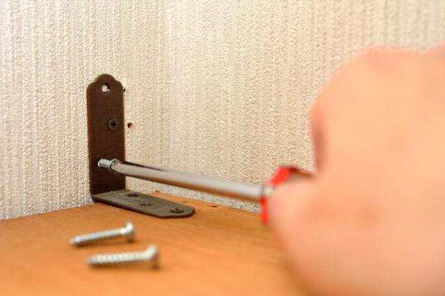 壁面収納の本段を廊下に固定するのにクギやネジじゃなく「突っ張り」で大丈夫?