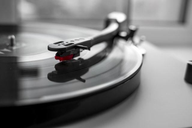 レコードラックに刻まれる「音楽とストーリー」のインテリア壁面収納