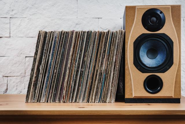 1つのインテリアとして「レコードの歴史年表」を壁面収納レコードラックでつくる