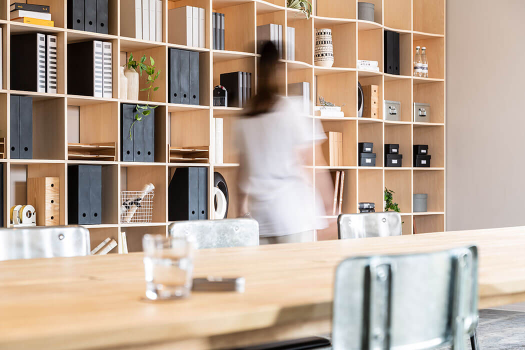 オフィスの賃料を「床に積んだ書類入り段ボール」の為に使わない!壁面収納で高効率オフィスを実現