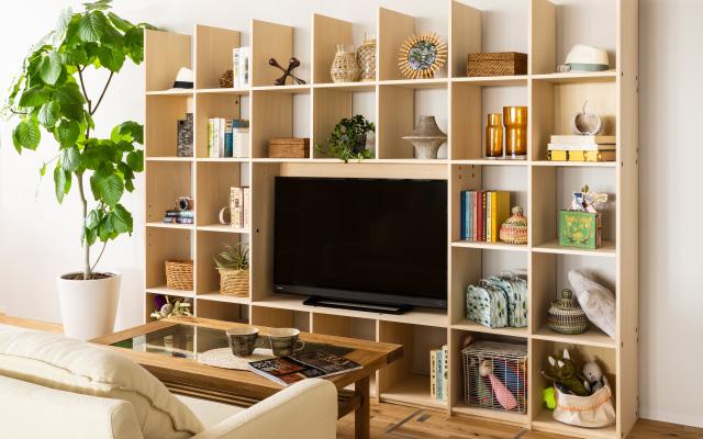 テレビ台は部屋が広く見えるロータイプより壁面収納のハイタイプ