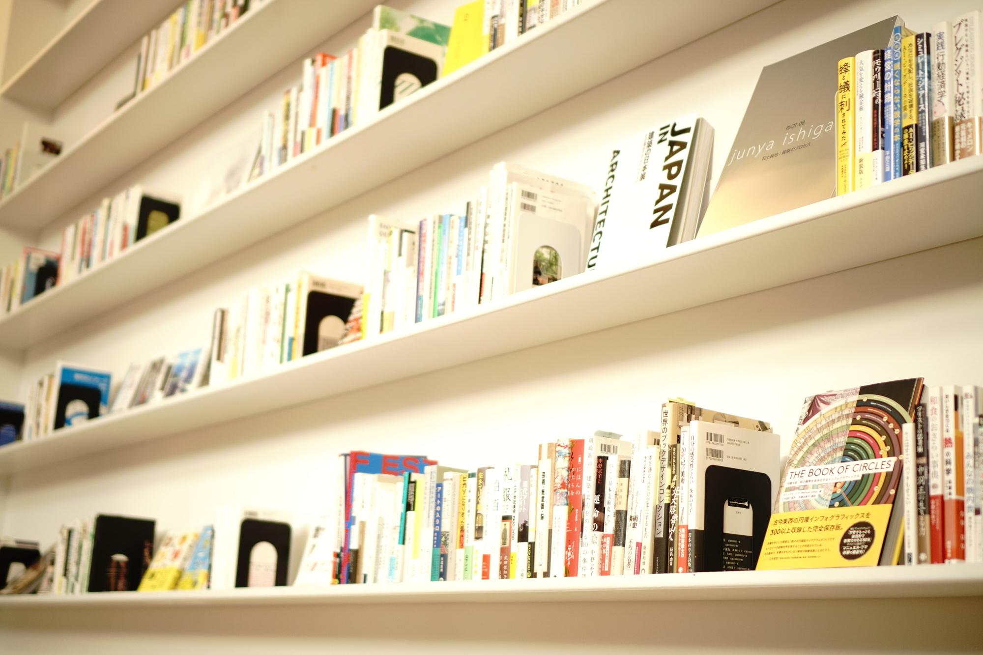 本や音楽メディアは大きさ別に壁面収納に飾るとおしゃれに!