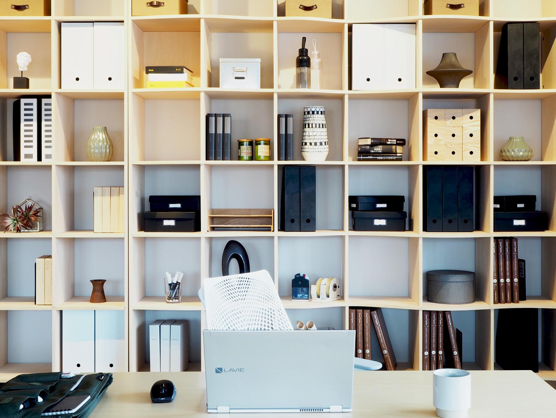 『収納力+自由なデザイン』突っ張り壁面収納本棚OSAMARU