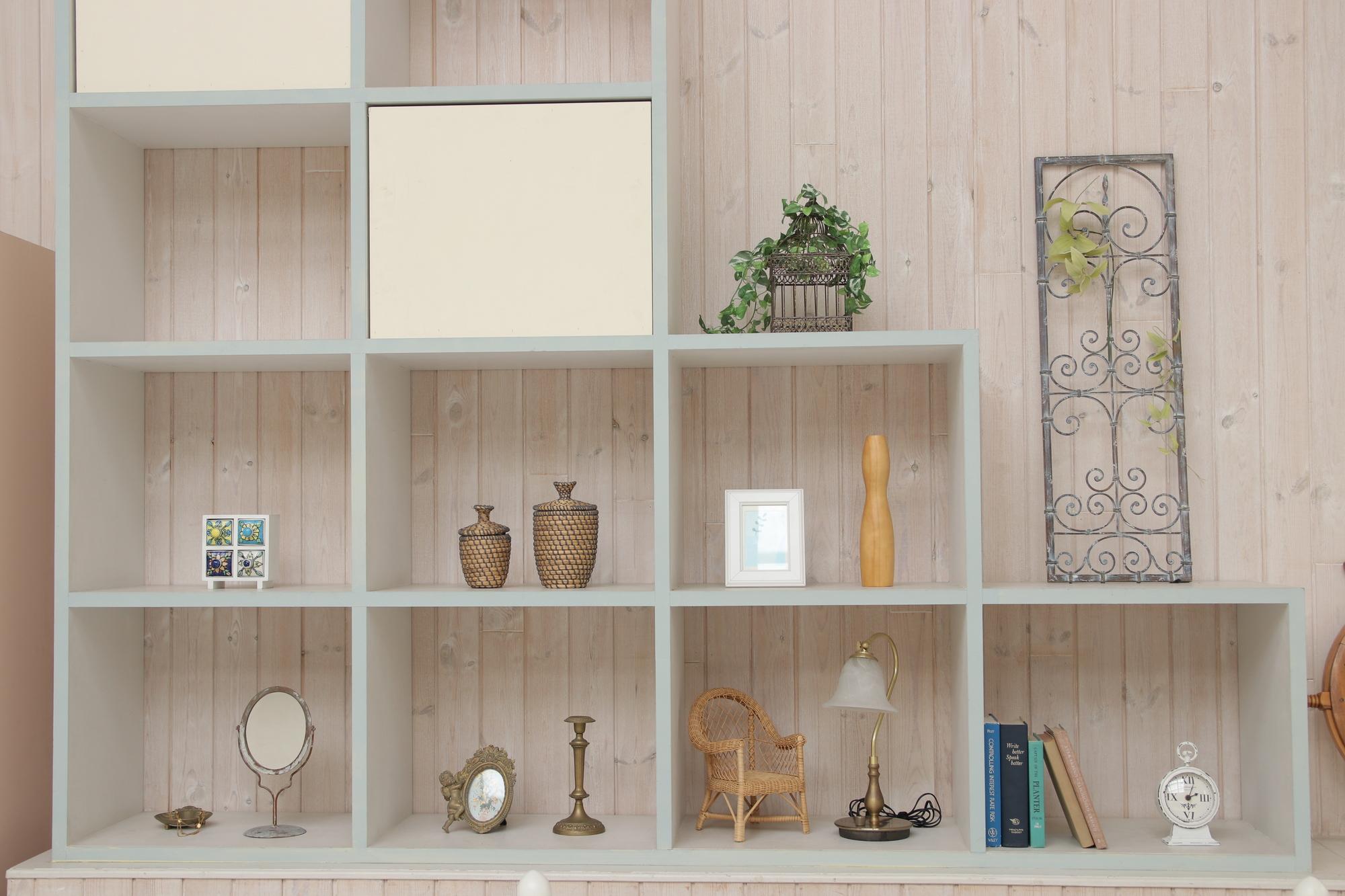 壁面収納でリビングを食器や観葉植物でおしゃれに彩る