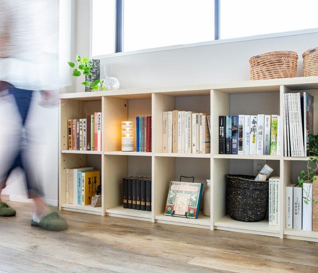 壁面収納OSAMARUは、廊下のあらゆるエリアにフィットする本棚です