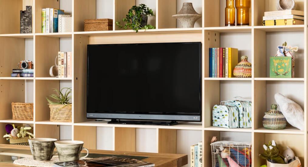ワンルームでも快適な一人暮らしのコツは「壁面収納」で必需品をテレビまわりに「まとめる」