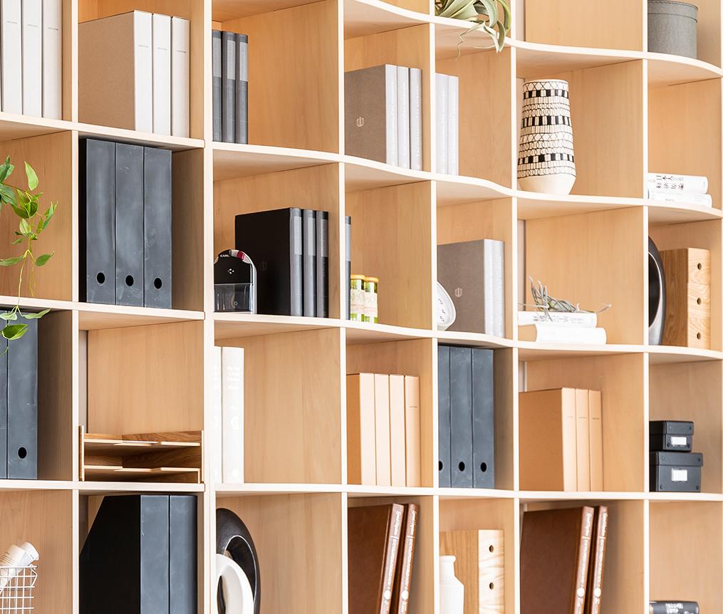 壁面収納の本棚で廊下にできる「ターミナル」