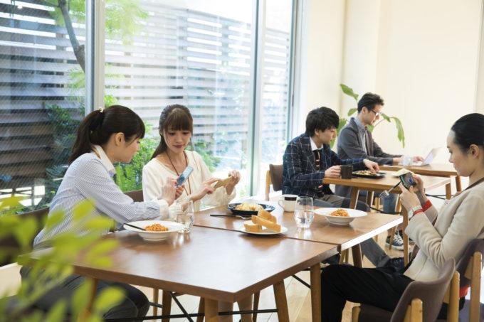 DIYできる木製の壁面収納で、社員が憩うオフィスや食堂に交流ポータルを