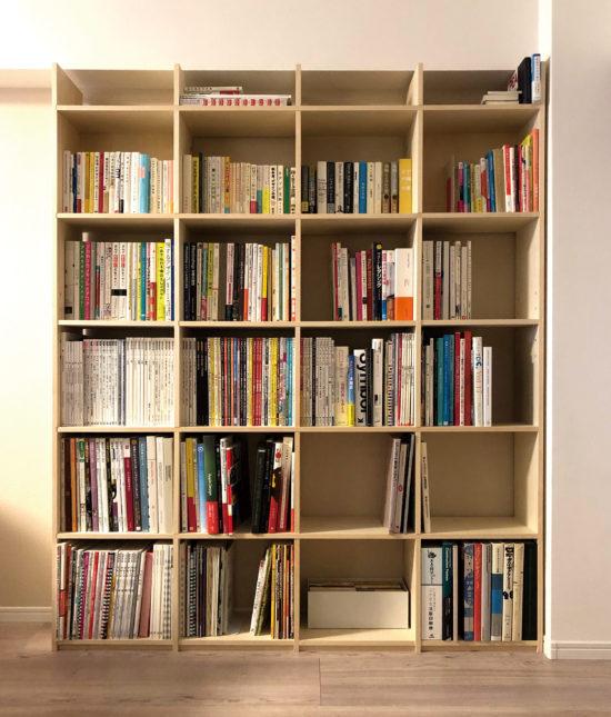 沢山のコマに様々なサイズの本を収納